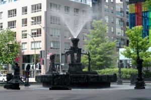 En mars 2002, les résidents du quartier apprennent que cette sculpture va être déplacée sans leur avis
