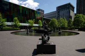 La place Jean-Paul-Riopelle omposée de quelque quatre-vingt-dix arbres qui présentent onze essences de l'érablière à Caryer qui est une forêt typique de la région de Montréal