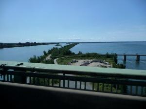 Et sous les ponts apparaissent des ilots qui découpent ça et là le fleuve