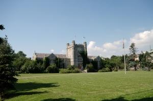 Avec ses édifices publics de style Néo-Tudor, Westmount montre fièrement l'origine britannique de ses fondateurs