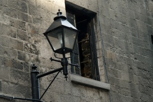 De-ci de-là on aperçoit encore d'anciennes maisons à colombages, aux fenêtres encorbellées, décorées de bois sculpté (Simone de Beauvoir)