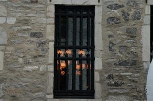 Lumières intérieures derrière une grille aux allures médiévales