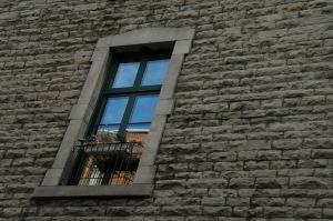 Je couchais sous une fenêtre pour avoir le dernier bonsoir de la lune, et pour avoir le premier salut du soleil (Félix Leclerc)