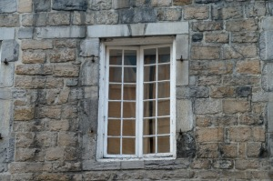Laissons maintenant aux fenêtres leurs secrets d'alcôve