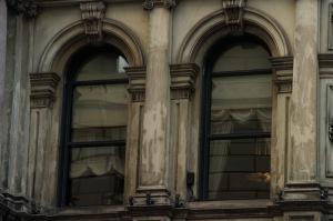 Dialogues à voix basses derrières les fenêtres closes
