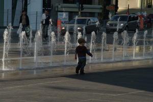 Les jeux d'eau du quartier des spectacles n'ont pas échappé à l'œil de ce fin observateur