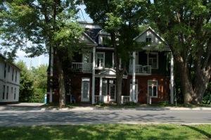 Quelques résidences cossues marquent les grandes étapes historiques de la ville