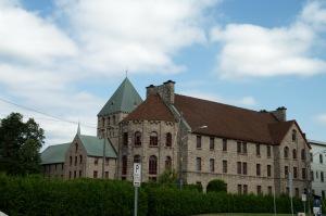 Ce magnifique bâtiment est la résidence des Clercs de Saint-Viateur