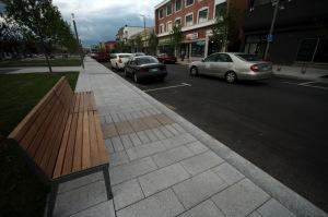 La Place Bourget a misé sur la primauté du piéton et des espaces comportant des aménagements paysagers, des trottoirs élargis et des fontaines