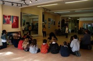 La classe est réunie pour une petite démonstration de breakdance