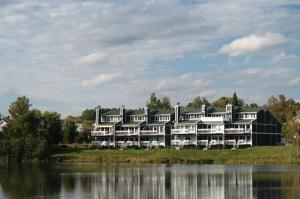 Qui ne rêverait pas d'avoir une résidence secondaire au bord d'un tel lac!