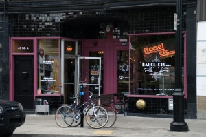 Bagel etc., vieux comme le monde ;-) est un snack-bar tout ce qu'il y a de plus rétro reconnu pour ses petits déjeuners
