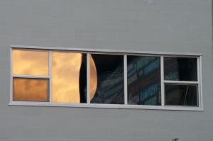 Une fenêtre et un reflet annonciateur de la nuit