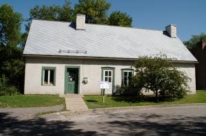 Construit vers 1806, le bâtiment abritait à l'époque deux pressoirs à pomme et se transforme vers 1840 en deux résidences (Cité Historia)