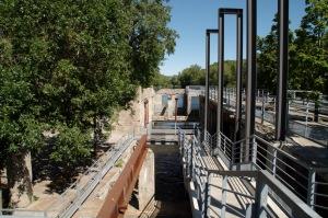La digue de 27 mètres sur 100 mètres est érigée selon la technique des batardeaux, qui vise à assécher temporairement le cours d'eau pour y construire les murs (Héritage Montréal)