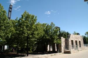 Dès 1726, Simon Sicard construit pour les Sulpiciens une digue et un moulin à scie sur la rivière des Prairies