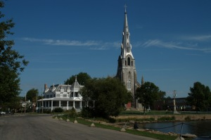 Face au Lac Saint-Louis, l'église et son presbytère