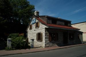 La maison Demers-Portelance, d'esprit français par son ancrage au sol et ses cheminées «en chicane» a été érigée en 1847