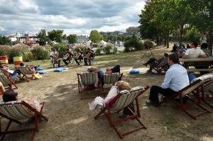 Dériver en douceur veut dire aussi se prélasser dans une chaise longue, s'allonger sur des nattes et des coussins dans l'herbe