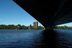 La rivière des Prairies est coupée par un barrage à la hauteur de l'île de la Visitation où l'on a déjà fait fonctionner des moulins