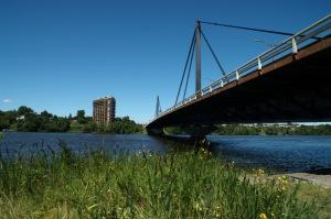 Au Sud, Montréal est séparé de l'autre rive par le fleuve Saint-Laurent. Au Nord, par la Rivière-des-prairies