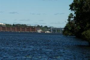 La centrale de la Rivière-des-Prairies est présente, depuis les années 1930, entre les rives de Montréal et de Laval