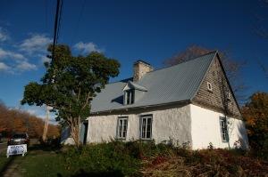 Sur le chemin du retour, nous faisons un court arrêt à la maison ancestrale Drouin