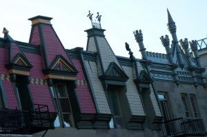 Toit conique, pignon ornementé des lucarnes, bienvenue dans l'élégance bourgeoise de Montréal