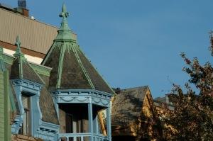 Pour apprécier les couleurs automnales, balcon avec ornement fleurdelisé