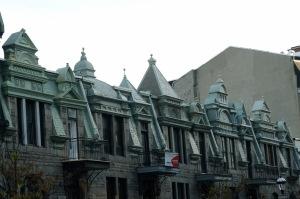 Très belle rangée de maisons bien coiffées ;-)