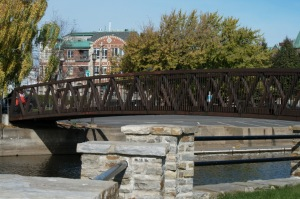 Un pont d'aspect banal peut être parfois un lien vers la beauté