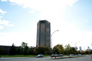 Boulevard René Lévesque et la Tour de Radio-Canada. Une lumière étincelante en arrière-plan