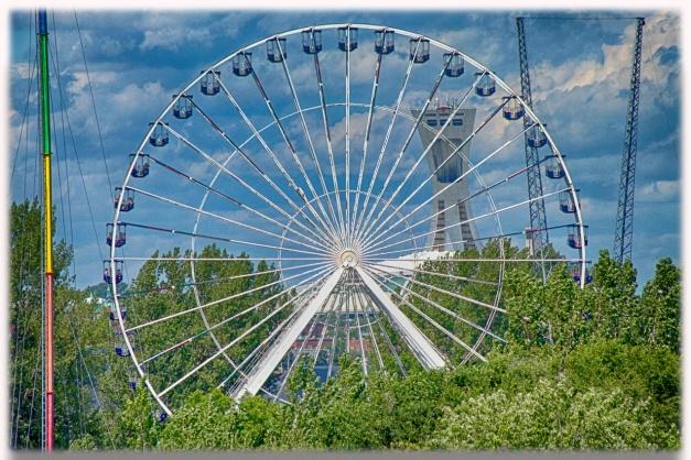 Le parc d'amusement La Ronde de Montréal vu sous des angles urbains