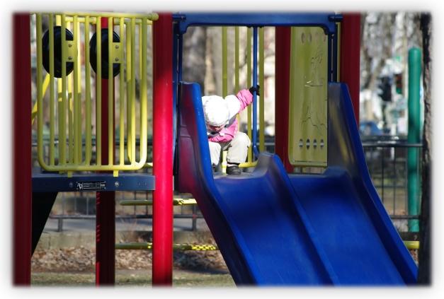 Jeux dans l'espace occupé par les enfants de l'automne