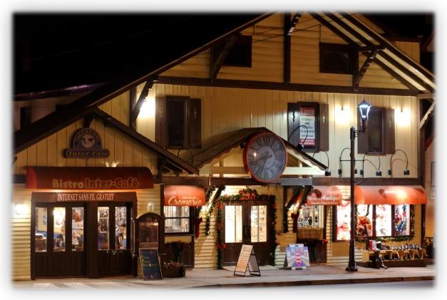 Village de Saint-Sauveur, lumière crépusculaire unique des Laurentides, canons à neige