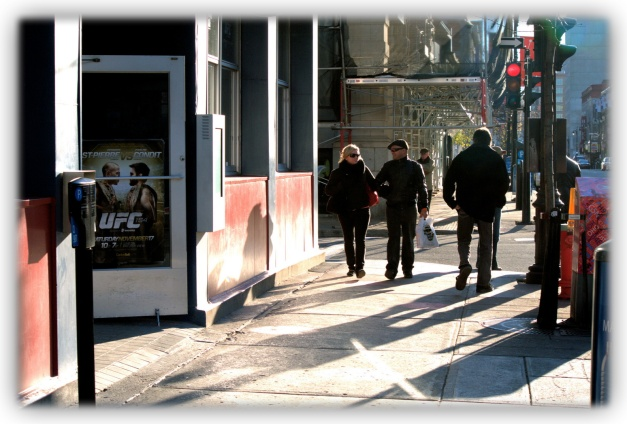 Promenade dans les grandes artères de Montréal dont la rue Sainte-Catherine, axe est-ouest de la ville